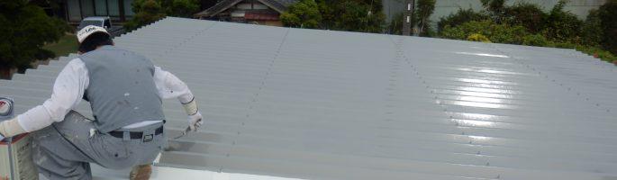 折板屋根の錆止め材の塗装を行っております|千葉県匝瑳市のS様邸