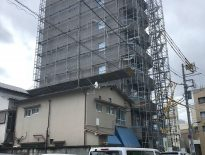 新築マンション(8階建て)の仮設足場の組み立て工事|東京都北区滝野川のKマンションの施工事例