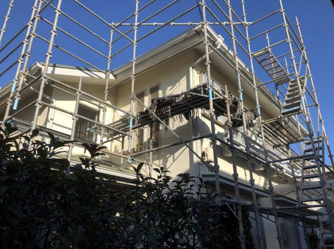 木造二階建ての仮設足場の組み立て工事