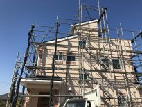 高台にある木造二階建ての仮設足場の組み立て|千葉県佐倉市にお住いのD様邸の足場工事