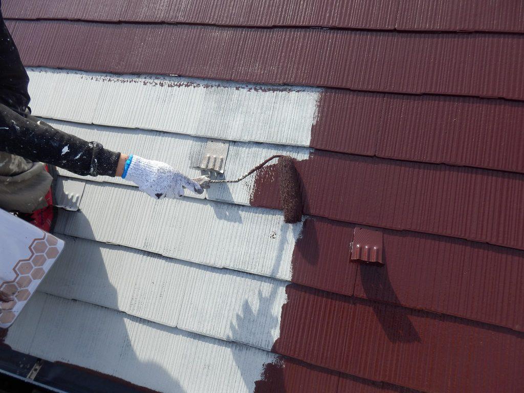 屋根の塗装工事(中塗り作業)