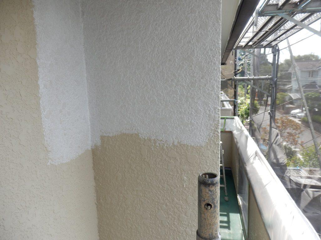 外壁のシーラー塗布中