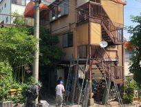 木造三階建てアパートの仮設足場の組み立て|千葉県習志野市新栄の賃貸アパートにて足場工事