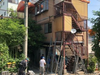 木造二階建てアパートの仮設足場の組み立て