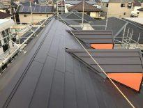 屋根材の劣化に伴う屋根の葺き替え工事(カバー工法)|千葉県千葉市の賃貸アパートにて屋根リフォーム