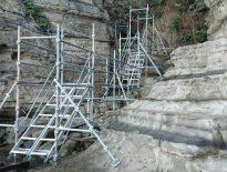 撮影用の仮設足場の組み立て|千葉県勝浦市の守谷海岸にて足場工事