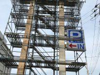 看板の修繕に伴う仮設足場の組み立て|千葉県千葉市の某カラオケボックス店にて足場工事