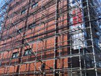 高層ビルの大規模修繕に伴う仮設足場の組み立て|千葉県津田沼市のAビルにて足場工事