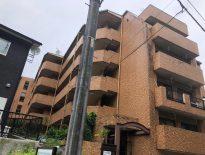 東京都奥多摩のUマンションにて大規模修繕に伴う足場の組み立ての現場調査