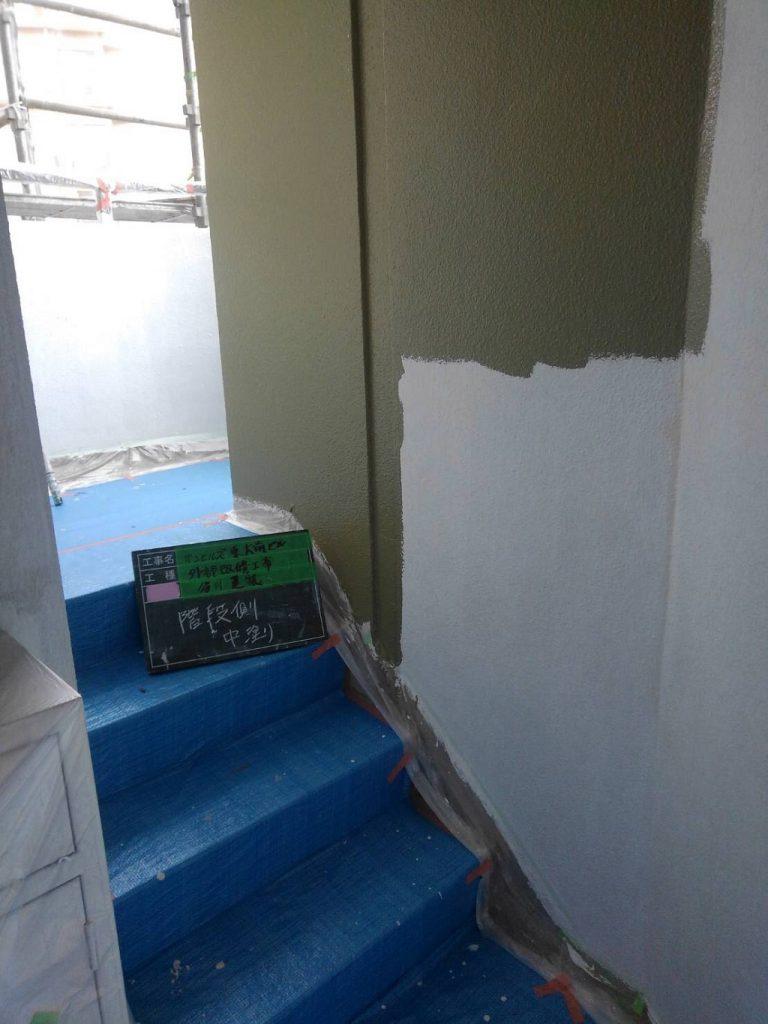屋内階段の壁を中塗り塗装