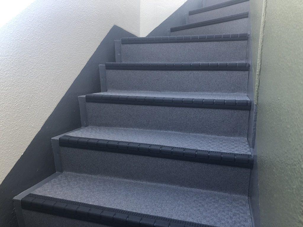 共用階段の防滑ステップシート(タキステップ)を貼り付け