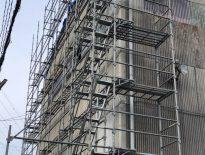 外装メンテナンスに伴う仮設足場の組み立て|千葉県船橋市の工場・プラントにて足場工事