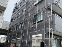 外装の補修工事に伴う仮設足場の組み立て|千葉県鎌ヶ谷市のマンションにて足場工事