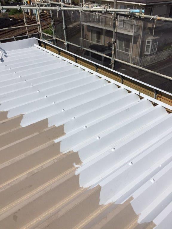 折半屋根の塗装中