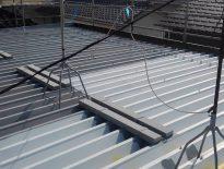 折板屋根の塗り替え(錆止め塗装)|千葉県習志野市のG様邸にて塗り替え中