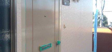 外壁の仕上げ塗装(上塗り2回目)|千葉県習志野市のEアパートにて塗り替え塗装中