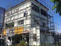 外壁・屋根・付帯部の塗装工事に伴う仮設足場の組み立て|千葉県習志野市の弊社事務所にて足場工事