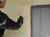 外壁の上塗り塗装(上塗り2回目) 千葉県習志野市の賃貸アパートにて塗り替え塗装中